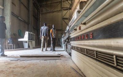 Ouvriers près de machines